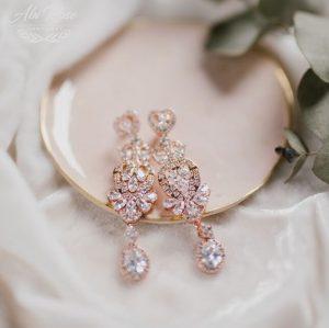 Kolczyki ślubne w kolorze różanego złota o pięknym ażurowym wykończeniu.